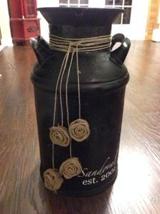 So I've been on the hunt for a vintage Milk Can and recently found one that was in pretty decent shape and not overpriced to place on my front doorstep. I wanted a look that was not too count… Country Decor, Rustic Decor, Farmhouse Decor, Old Milk Cans, Milk Jugs, Milk Can Decor, Painted Milk Cans, Vintage Milk Can, Deco Floral
