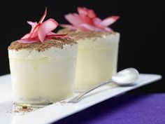 Eissoufflé mit Rhabarberkern: Der süß-saure Rhabarber schmeckt frisch nach Frühling und versorgt uns mit dem wichtigen Mineralstoff Kalium.