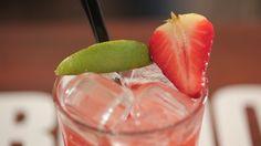 IlVirgin Caipiroska alla fragolaè un cocktail analcolico pestato, preparato con lime, zucchero, fragole, ghiaccio e soda.