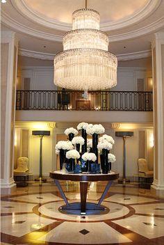 White Hydrangeas in black vases @ Beverly Wilshire Hotel, Beverly Hills Contemporary Interior Design, Home Interior Design, Interior Decorating, Luxury Interior, Luxury Furniture, Furniture Design, Modern Furniture, Luxury Chandelier, Chandeliers