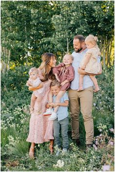 Neutral Family Photos, Family Picture Colors, Spring Family Pictures, Family Picture Poses, Outdoor Family Photos, Family Photo Sessions, Family Photo Shoot Ideas, Family Pics, Family Posing