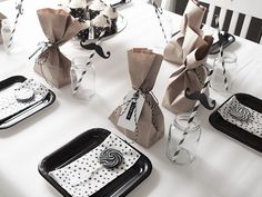* Hvit romantikk - black and white - stars Nordic Christmas Decorations, Christmas Table Settings, Christmas Tablescapes, Holiday Tables, New Years Wedding, New Years Eve Weddings, New Years Eve Games, White Table Settings, Thanksgiving Place Cards