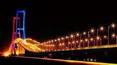 Jembatan Suramadu yang membentang di atas perairan Selat Madura, jembatan ini memiliki panjang 5,500 meter dan merupakan jembatan terpanjang di Indonesia. Jembatan ini menghubungkan Surabaya dengan Madura. Salah satu destinasi menarik untuk dikunjungi bagi Traveler yang ingin berlibur di Surabaya. Ada tempat menarik apalagi di Surabaya? Baca selengkapnya di  #BlogNusaTrip  #Indonesia #Surabaya #WonderfulIndonesia Jembatan #Suramadu (by hangoutindo website)