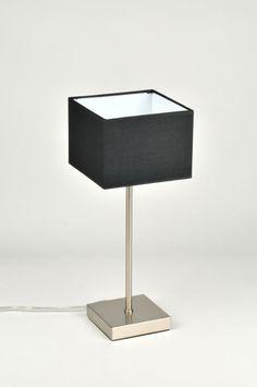 Artikel 71220 Deze lamp voor op tafel heeft een stevig armatuur van geschuurd staal. De vierkante stoffen kap is zwart van kleur. De binnenzijde van de kap is wit van kleur zodat het licht optimaal gereflecteerd wordt. http://www.rietveldlicht.nl/artikel/tafellamp-71220-modern-staal_-_rvs-stof-zwart-vierkant