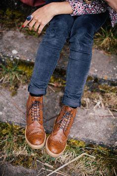 j'adore le petit velour bleu marine av la chemise à imprimé liberty. .les shoes camel genre godillots. .♥