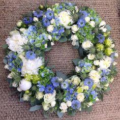 Krans! #wreath #krans #flowers #florist #peoner #roser #roses #nigella #eaukalyptus #hortensia #blått #hvitt