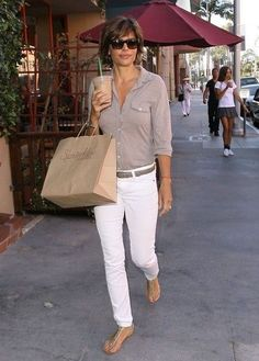 Lisa Rinna Skinny Jeans - Lisa Rinna's skinny white jeans looked crisp and sleek when paired with a basic button down and sandals. Classy Work Outfits, Summer Work Outfits, Spring Outfits, Casual Outfits, White Jeans Outfit Summer, White Pants Outfit, Summer Jeans, Lisa Rinna, Fashion Mode