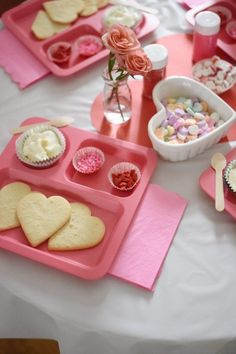 Toddler Valentine's Day Cookie Decorating Party - The Mama Notes Toddler Valenti. Toddler Valentine's Day Cookie Decorating Party – The Mama Notes Toddler Valentine's Day Cook Valentines Day Cookies, Kinder Valentines, Valentines Day Activities, Valentines Day Treats, Valentine Party, Valentines Day Birthday, Valentinstag Party, Cookie Decorating Party, Cupcake