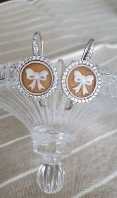 Orecchini in argento 925 con cammei autentici scolpiti a mano su conchiglia sardonica con zirconi bianchi di LeMuseCreazioni su Etsy