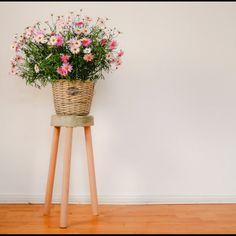 Beton-Hocker einfach selber machen - 3 Holzstäbe in Beton stecken – fertig ist Dein neues Lieblingsmöbelstück! Boho Diy, Boho Decor, Concrete Stool, Cement Crafts, Idee Diy, Decorating Small Spaces, Diy Garden Decor, Garden Projects, Garden Ideas