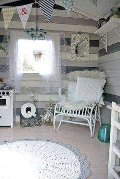 leikkimökki,leikkimökin sisustus,virkattu matto,matto,korituoli