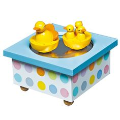 Voici la boîte à musique magnétique canards par Trousselier.Remonter la clef sous la boîte et les canards se mettent à faire la ronde et à pivoter sur eux-mêmes en accompagnant la musique.