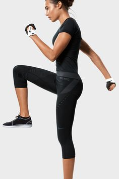 The Nike Pro Hypercool Limitless Women's Training Capri features wrap-around mesh and breathable material to keep you comfortable during your most intense workouts.