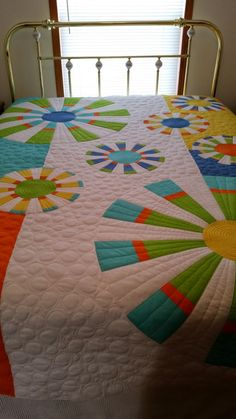 Crafty Sewing & Quilting: Getting Up Close with My Quilting - Wiggle Line and Double Bubble Quilting Dresden Plate Patterns, Dresden Plate Quilts, Easy Quilt Patterns, Machine Quilting Designs, Quilting Projects, Bubble Quilt, Traditional Quilt Patterns, Farm Quilt, Free Motion Quilting