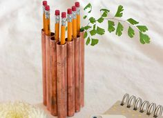 Easy pencil holder using copper pipes. Get the tutorial Copper Table, Copper Lamps, Design Projects, Diy Projects, Copper Gifts, Copper Tubing, Idee Diy, Pipe Lamp, Pencil Holder