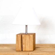 Die Tischleuchte aus Schweizer Holz ist in verschiedenen Holzarten und Leuchtenschirmen bei farao design erhältlich. Table Lamp, Shades, Lighting, Bed, Design, Home Decor, Types Of Wood, Swiss Guard, Light Fixtures