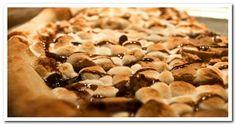 Пицца десертная Сейчас множество ресторанов предлагают различные варианты сладкой пиццы. Но эта пицца нового уровня: сладко-соленое тесто, покрытое жаренным зефиром, шоколадной стружкой и медовыми хлопьями на легкой подушке из моцареллы, и все это увенчано каплями шоколадного сиропа. Также, эта пицца предлагается с кусочками банана и бекона.
