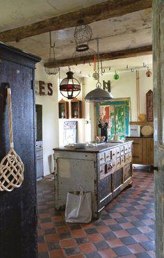 Ancien comptoir de magasin devenu îlot de la cuisine - Vive le style brocante et récup' - CôtéMaison.fr