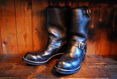 旧ロゴのウェスコ、ボスを純正のバランスでオールソール交換いたしました。すごくシンプルな仕様ですが、黒いアッパーに対してソールサイドをオールブラックにすることでやれたアッパーにも最初から馴染んでくれます。古い靴をオールソールすると