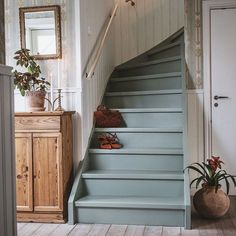 Grey painted stairs Cabin & Cottage Properties For a house that appears really out of a storybook, these cabins and cottages take advantage of shutter. Painted Staircases, Painted Stairs, Estilo Country, Basement Renovations, Style At Home, Cozy House, Home Fashion, Child Fashion, Stairways