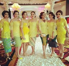 more kebaya Kebaya Lace, Kebaya Brokat, Dress Brokat, Kebaya Dress, Batik Kebaya, Batik Dress, Lace Dress, Batik Fashion, Abaya Fashion
