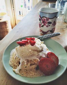 Mugcake: – een diep magnetronbestendig schaaltje – 2 el speltmeel (elk ander meel zal ook werken); – 2 el magere kwark (0% vet Griekse yoghurt kan ook); – 2 el whey poeder in smaak naar keuze (ik gebruik Whey Perfection Vanilla) – 2 el eiwit (ik gebruik eiwit uit een pak van MuscleMeat.nl – kan uiteraard ook met een gewoon ei) – snuf bakpoeder