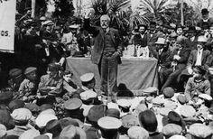El documento es una foto histórica del 20 julio de 1879 donde se visualiza a Pablo Iglesias fundador del PSOE durante un mitin un Madrid. Durante esta reunión se llevó a cabo el primer programa político del nuevo partido.Los presentes son obreros tipógrafos y algunos intelectuales que formarán el partido. Fue uno de los primeros discursos de tantos que con el paso del tiempo tendrían más repercusión y se ganaría al pueblo, incluso creando sindicato de trabajadores como la UGT en 1888.