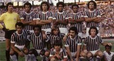 Máquina Tricolor. A equipe do Fluminense em 1976: Renato, Carlos Alberto Torres, Edinho, Pintinho, Rodrigues Neto e Miguel (Em pé ); Gil, Paulo César Caju, Doval, Rivelino e Dirceu