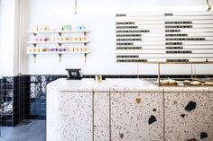terrazzo boden belag beschichtung ideen tipps gestaltung innenraum einrichten design berlin cafe molkerei retrostil #house #interior