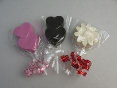 Heerlijke witte en melkchocolade lolly of een roze marsepein lolly.  Handgemaakt  Let op: Dit is geen speelgoed of voedsel