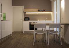 Cucina lineare, finitura laccato opaco bianco con gole grigio fumo ...