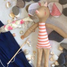 Esta linda muñeca de tela Ratita Uxa salió a navegar por el mar de la Fantasía de las manos de Factoría Artesanal Maruxa se inspira en la poesía de Nicolás Guillén y de sus manos nacen creacciones tan bellas y tiernas como esta muñeca navegante. Cada pieza es única y confeccionada a mano por lo que tu regalo será único!!!