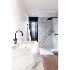 ⚪️ B A T H R O O M •  C R U S H I N G #bathroom #bathroominspo #black #marble #interior #interiordesign #design #interiorinspo #instabathroom #luxury #style #minimal
