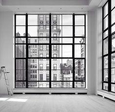 Wie zegt dat een kleurloos interieur saai is? Het gaat allemaal om contrasten, die een huis spannend maken. En wat is nou een groter contrast dan zwart en wit? Laat je inspireren door de prachtige beelden en klik op de productafbeeldingen om door te gaan naar de webshop, enjoy!