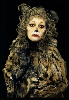 Grizabella from Lloyd Webber's 'Cats' - played here by Elaine Paige<3
