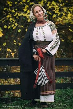 Costumes Around The World, Folk Clothing, Pink Panthers, Beautiful Places In The World, Folk Costume, Ethnic Fashion, Romania, African, Celebrities