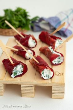 Bresaola ricotta and rocket rolls Party Finger Foods, Finger Food Appetizers, Appetizer Recipes, Ricotta, Tapas, Italian Appetizers, Albondigas, Cereal Recipes, Creative Food