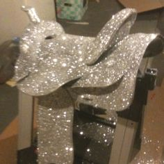 Glitter an old saddle . This is soooooo perfect for use in the wedding, since I want to be on my horse !