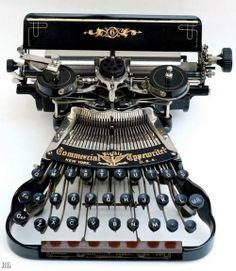 Very Vintage. Commercial Typewriter Company, New York, USA. Vintage Design, Vintage Love, Vintage Style, Vintage Antiques, Vintage Items, Antique Decor, Cassette Vhs, Underwood Typewriter, Arte Steampunk