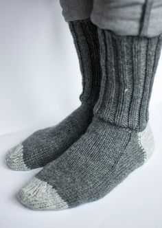 how to knitt socks Crochet Socks, Crochet Cardigan, Diy Crochet, Knitted Hats, Knit Socks, Baby Knitting Patterns, Loom Knitting, Knitting Socks, Work Socks