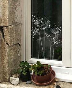 Een raamtekening van een berenklauw (botanische bloemen) en een bijtje fleuren je raam op. Met deze DIY print voor op je raam maak je deze doodles / illustraties van zomerse bloemen heel eenvoudig zelf. Het is een directe download van deze tekeningen in de vorm van een sjabloon wat je over kan