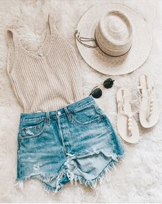 beach look // spring break outfit // jean shorts The Effective Pictures We Offer You About my ideas diy A quality picture can tell you … Teenage Outfits, Summer Fashion Outfits, Spring Outfits, Summer Fashions, Casual Teen Fashion, Spring Summer Fashion, Retro Fashion, Cute Casual Outfits, Cute Summer Outfits