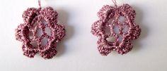Estos pendientes están hechos a ganchillo con hilo de bordar metálico y es una rosa de irlanda