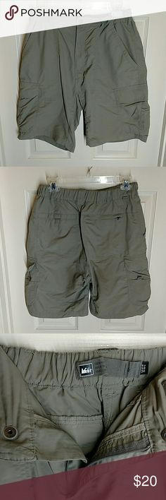 REI MEN'S HIKING SHORTS MEDIUM REI MEN'S HIKING SHORTS WITH ELASTIC WAIST AND 6 POCKETS  SIZE MEDIUM WAIST: 28  VERY GOOD CONDITION WITH NO RIPS TEARS OR STAINS  #236 REI Shorts