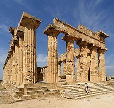 Templo dórico de la etapa arcaica. Templo C de Selinonte. Sus metopas, con relieves de Perseo y Medusa, el carro de Apolo y Hércules y los Cércopes.