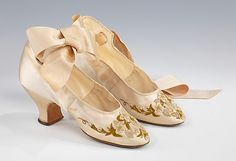 Vintage Shoes Silk evening shoes, purchased in France and worn by Abigail Kinsley Norman Prince. Brooklyn Museum Costume Collection at The Metropolitan Museum of Art - Victorian Shoes, Victorian Fashion, Vintage Fashion, Victorian Era, Antique Clothing, Historical Clothing, Moda Fashion, Fashion Shoes, Fashion Fashion