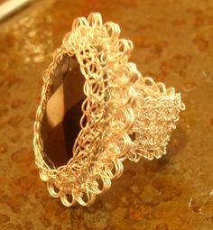 onix con  faceta engaste  con tejido en hilo de plata técnica punto peruano. anillo talla 5.5