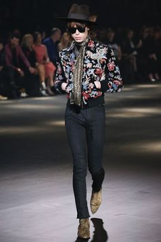Hedi Slimane unveiled his Fall/Winter 2016 collection for Saint Laurent in Los Angeles, at the Hollywood Palladium, the oldest and largest concert venue in Hollywood. Fall Fashion 2016, Fashion Week, Runway Fashion, Fashion Show, Mens Fashion, Fashion Outfits, Saint Laurent Paris, Vanity Fair, Vogue Paris