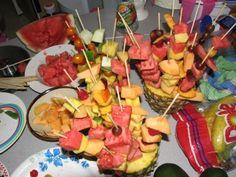 Hawaiian Luau Party Food Ideas For Kids Hawaiian Luau Party, Hawaiian Birthday, Hawaiian Theme, Tropical Party, Hawaiian Bbq, Luau Birthday, Vintage Hawaiian, Luau Food, Food Food
