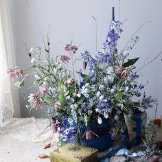 Rainy Monday with leftovers - smells good with herbs. . . . .. . . . . #flowerdesignstudio #fridakim_london #fridakim #slowfloralstyle#flower #flowers #style #styleblogger #decor#decoration #londonflorist #design #wedding #table #blue #꽃스타그램 #꽃 #스타일 #런던플라워#garden #naturelovers